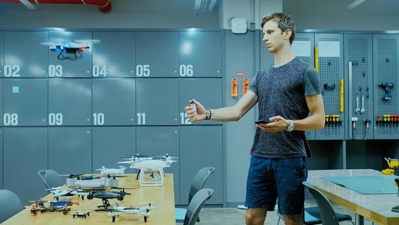 Shift: Drone thế hệ mới điều khiển chỉ bằng một ngón cái