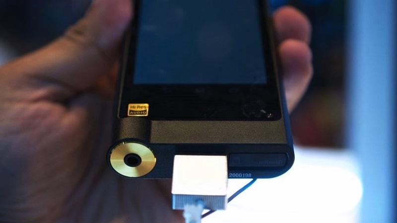 CES 2015: máy nghe nhạc Sony ZX2 bước ra đời thực