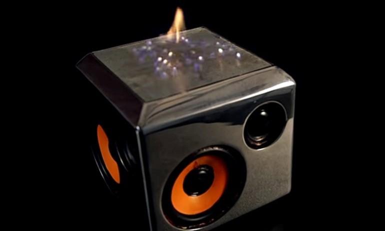"""Sound Torch: loa """"bốc cháy"""" khi chơi nhạc"""