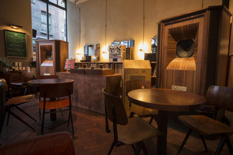 Tannoy Westminster phục vụ nhạc DJ trong quán bar ở London