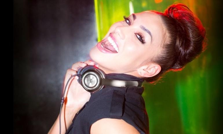 Phái đẹp mua tai nghe: bảo vệ tóc quan trọng hơn chất âm