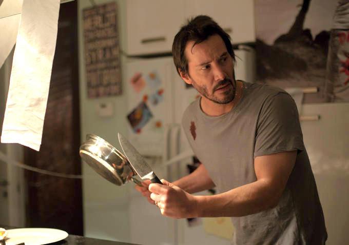 Keanu Reeves bị ép lên giường với hai hot girl trong phim kinh dị