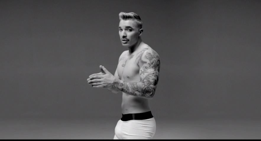 Rapper Drake hóa thành Justin Bieber, Miley Cyrus trong 'Energy'