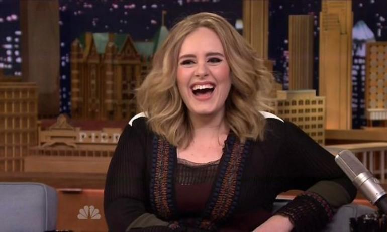 Adele thể hiện xuất sắc hit Hello với dàn nhạc cụ đồ chơi