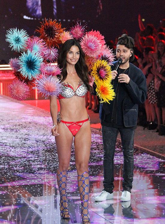 Chùm ảnh đẹp ngất ngây của Victoria's Secret Fashion Show 2015