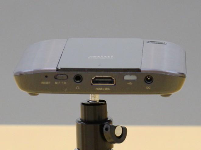 Canon ra mắt máy chiếu C-10W, nhỏ gọn trong lòng bàn tay