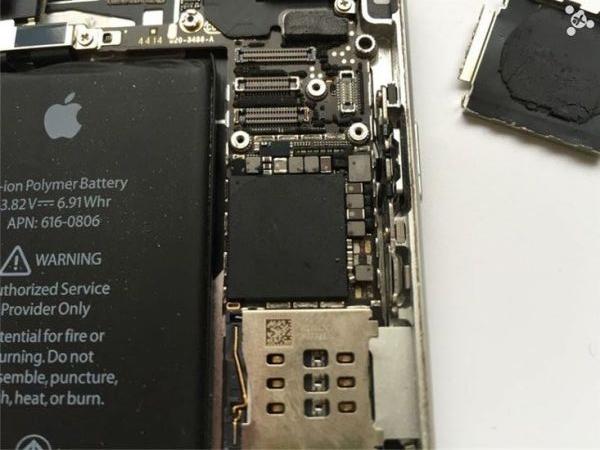 """Cận cảnh quá trình biến iPhone """"nát bươm"""" thành máy mới"""