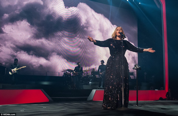 Adele giúp fan cầu hôn ngay trong tour diễn cá nhân