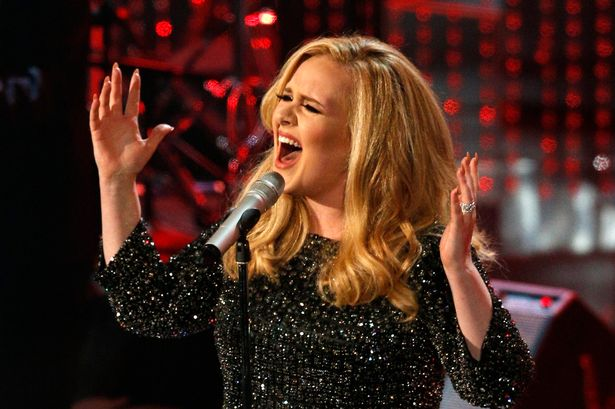 Adele nghẹn ngào vì con trai lần đầu xem concert của mẹ