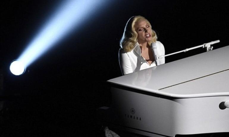 Màn biểu diễn Oscar của Lady Gaga gây sốc cho gia đình