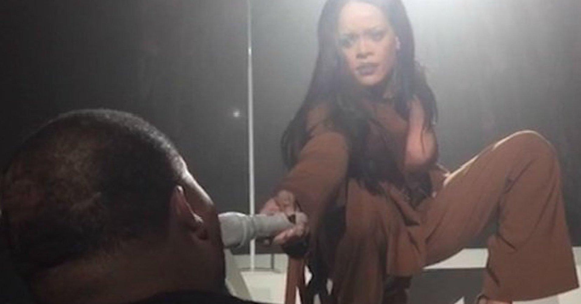 """Rihanna sốc trước giọng ca """"khủng"""" của fan nam"""