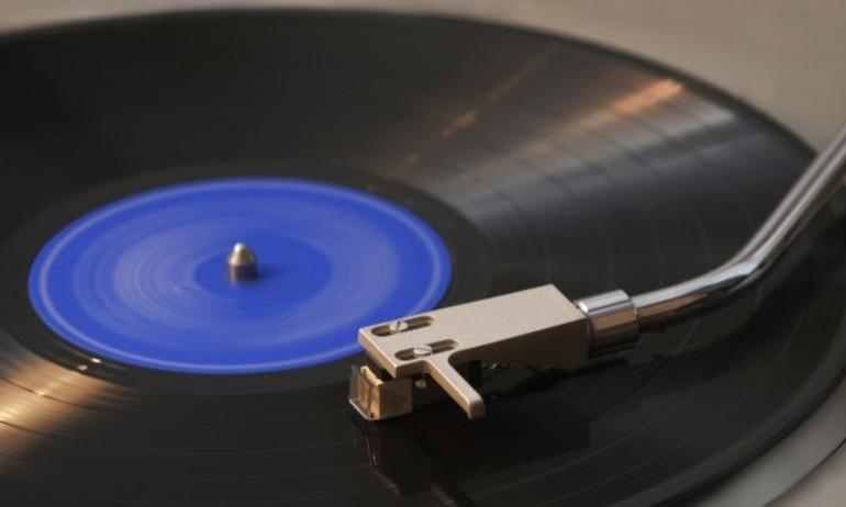 """Đĩa vinyl """"lên đỉnh"""", bán chạy hơn cả những năm 80"""