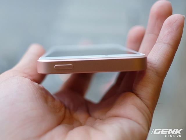 Cận cảnh iPhone SE vàng hồng tại Việt Nam, giá 10,96 triệu