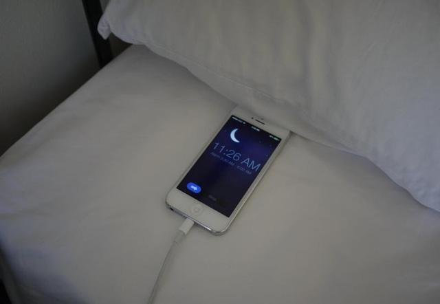 Sạc điện thoại qua đêm làm hỏng pin: Lời đồn có như sự thật?