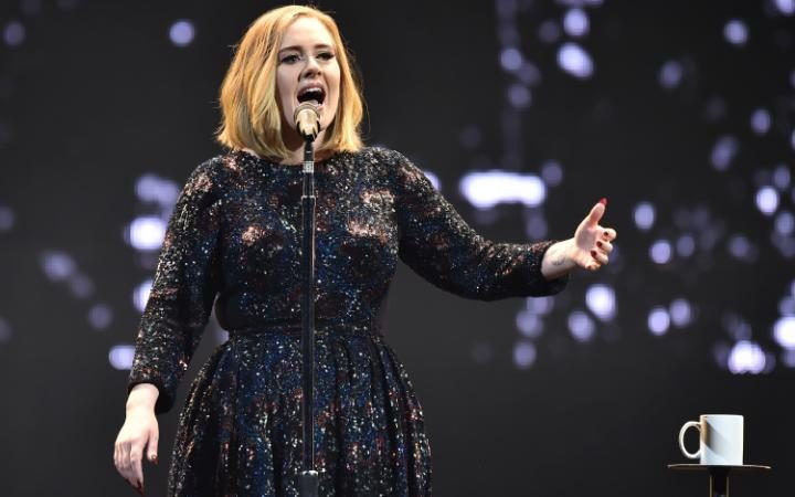 Adele chửi thề vì Rebel Wilson muốn hóa thân thành cô trên màn ảnh