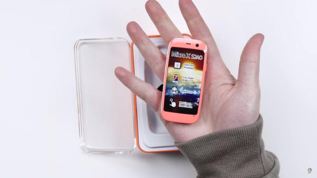 Nếu iPhone SE chưa đủ nhỏ gọn, hãy nhìn chiếc smartphone này