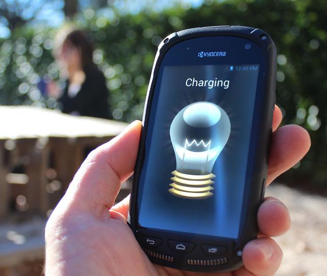 Sắp đến thời smartphone tự sạc pin bằng… màn hình