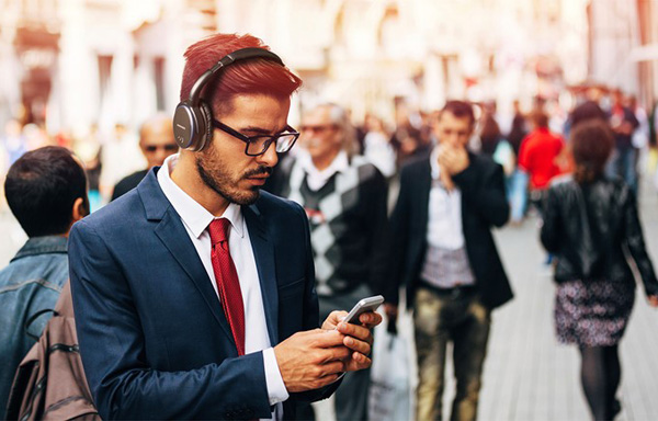 Creative ra mắt tai nghe chống ồn Aurvana ANC, dùng pin AAA