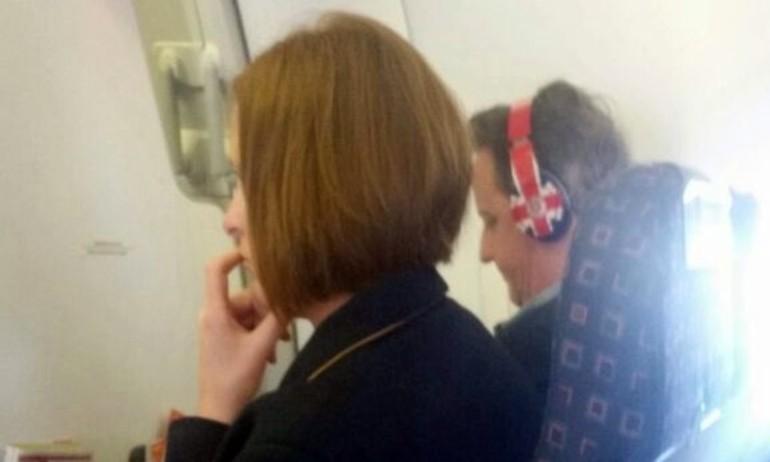 Thủ tướng Anh David Cameron dùng tai nghe Beats