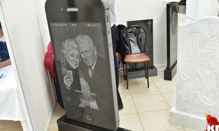 """Bia mộ iPhone – ý tưởng """"quái gở"""" đang gây sốt tại Nga"""