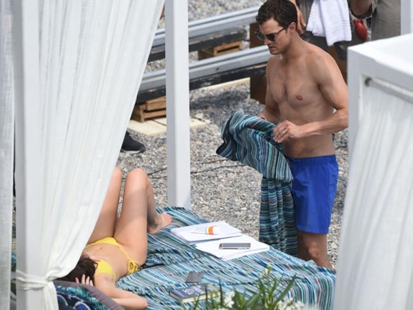 """Cặp đôi 18+ """"50 Sắc Thái"""" chuyển cảnh ân ái ra bờ biển Pháp"""