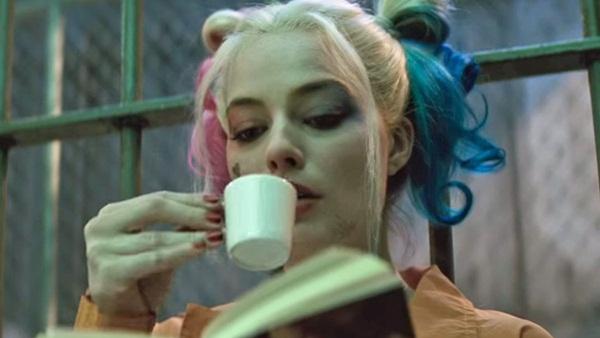 Sách gối đầu giường của Harley Quinn trong trại giam là gì?