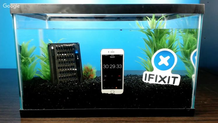 Chống nước thôi cũ rồi, iPhone 7 còn sạc dưới nước luôn
