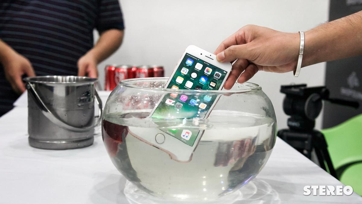 Mưa lũ lớn, dùng smartphone chống nước nào mới đủ an toàn?