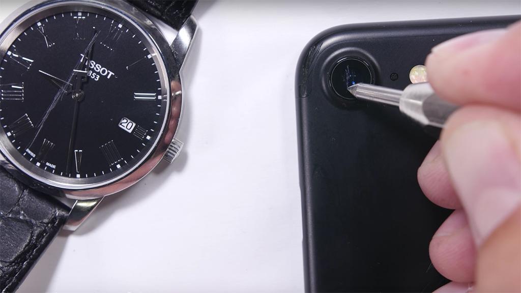 """Vì sao """"kính sapphire"""" trên camera iPhone lại dễ xước đến vậy?"""