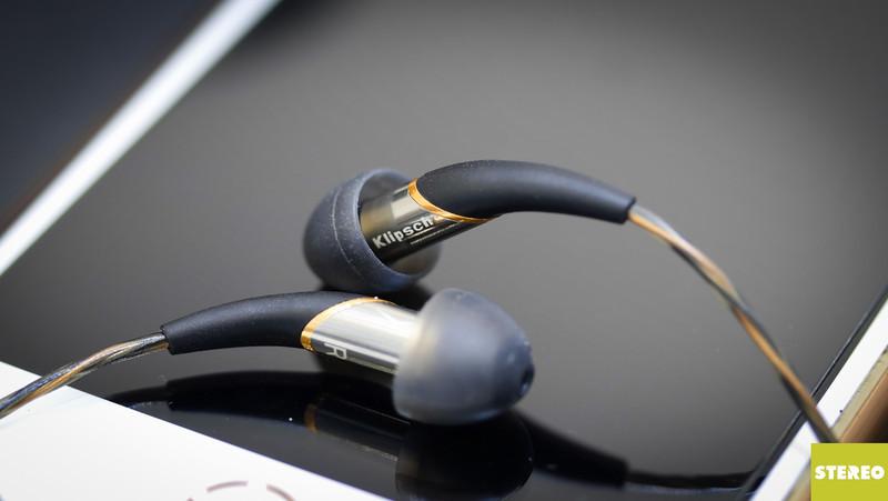 Mở hộp tai nghe cao cấp Klipsch X12i: bé hạt tiêu biết hát