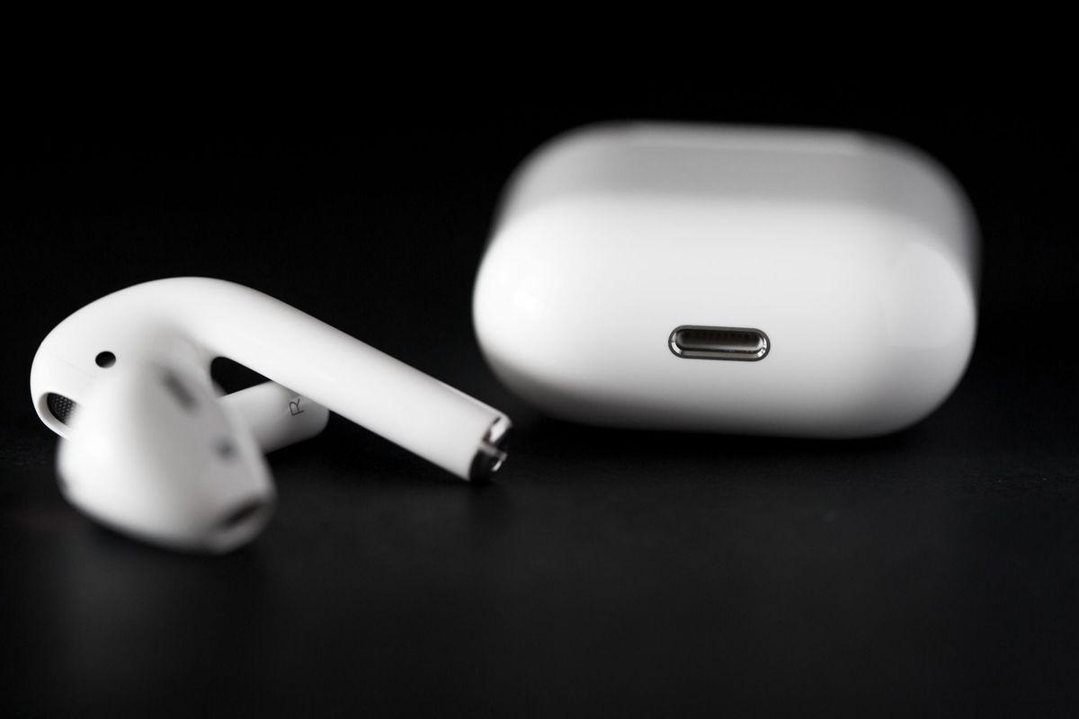 """Apple lùi ngày giao hàng tai nghe AirPods để """"hoàn thiện thêm"""""""