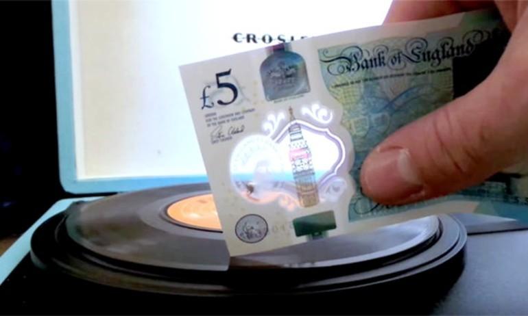 Dân Anh dùng tờ tiền 5 Bảng mới để thay cartridge đĩa than