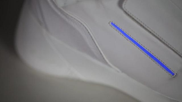 eBay đấu giá giày tích hợp màn hình TV cho từ thiện