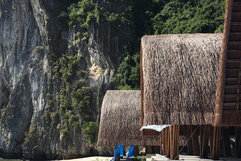 Tre và mái tranh làm nên kì quan nghỉ dưỡng Castaway Island Resort tại Cát Bà
