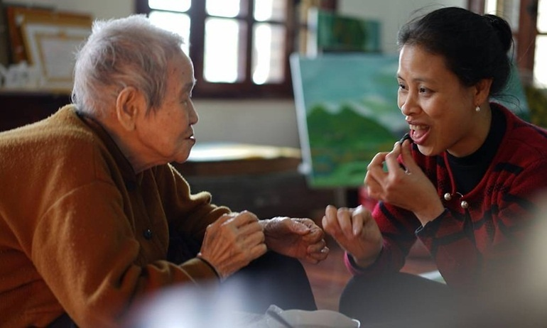 Cụ bà 97 tuổi người Việt lên báo nước ngoài nhờ khả năng sử dụng thành thạo internet