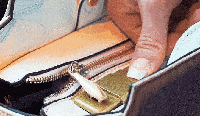 Những tên trộm phải chào thua với túi xách khóa bằng vân tay FYB