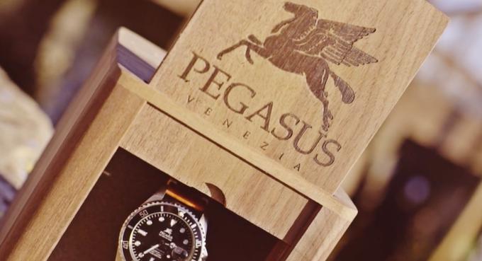 Vẻ ngoài sang trọng của đồng hồ bình dân Pegasus có thể đánh lừa bất cứ người giàu nào