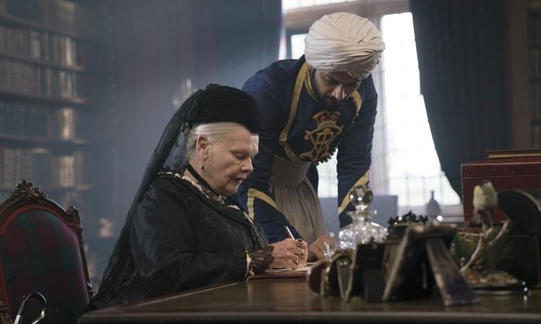 """Vén màn """"thâm cung bí sử"""" của nữ hoàng quyền lực nhất nước Anh qua trailer Victoria & Abdul."""