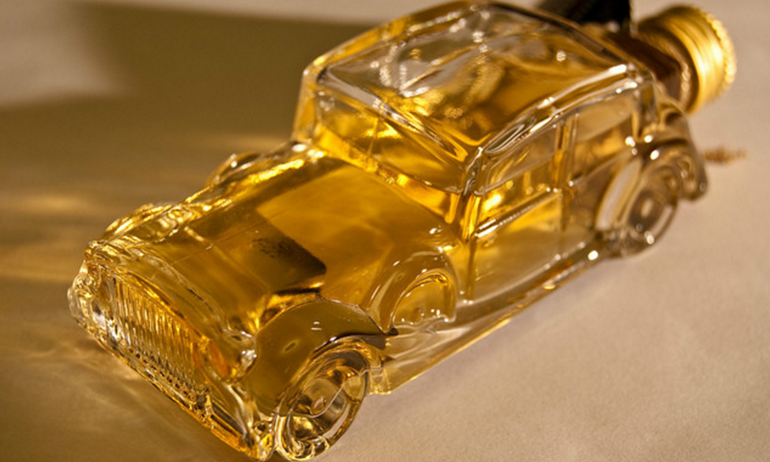 """""""Chuốc say"""" xe hơi bằng rượu whisky là có thể chạy được."""
