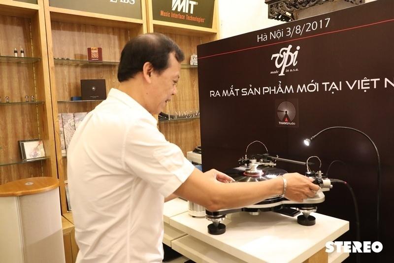 Đại diện hãng mâm đĩa nhựa VPI, ông Mat Weisfeld ra mắt sản phẩm mới tại Việt Nam
