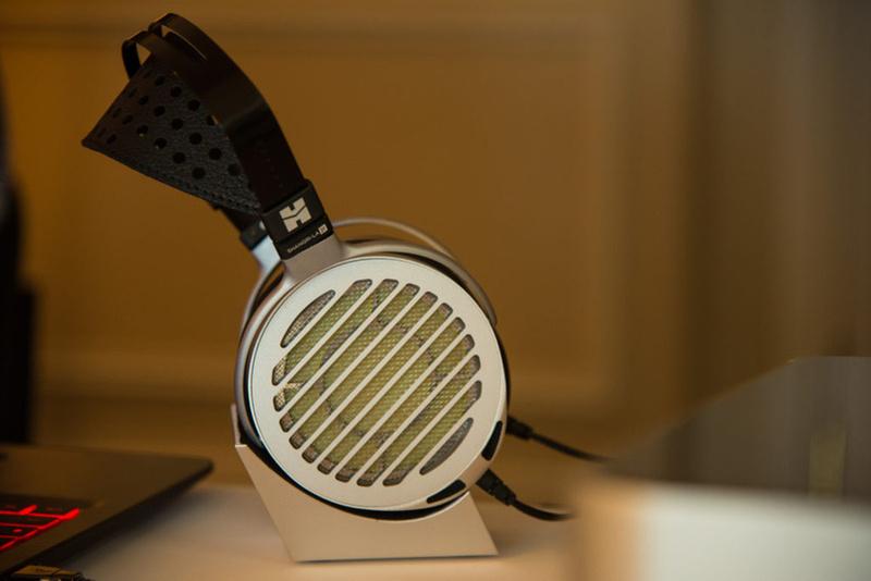 HiFiMan giới thiệu bộ đôi ampli & tai nghe Shangri-La Jr., giá 8.000 USD