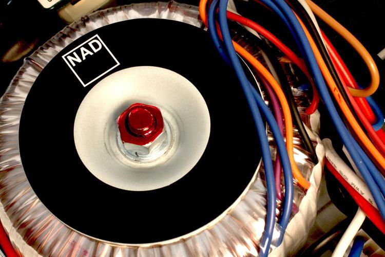 NAD C 316BEE V2: Ampli tích hợp giá rẻ, hiệu năng cao, trang bị sẵn phono