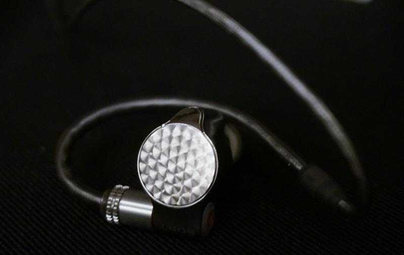 Sony tung ra mẫu tai nghe in-ear đầu bảng IER-Z1R, trang bị 3 driver, giá 54 triệu đồng