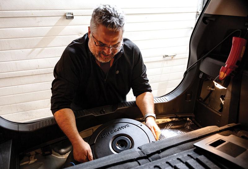JBL BassPro Hub: Loa siêu trầm công suất lớn dành cho xe hơi