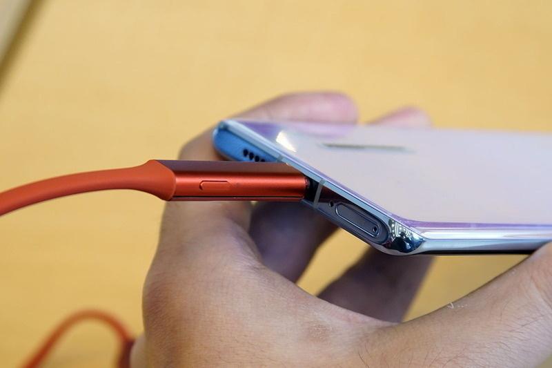 Huawei Freelace: Tai nghe không dây có thể sạc trực tiếp bằng smartphone