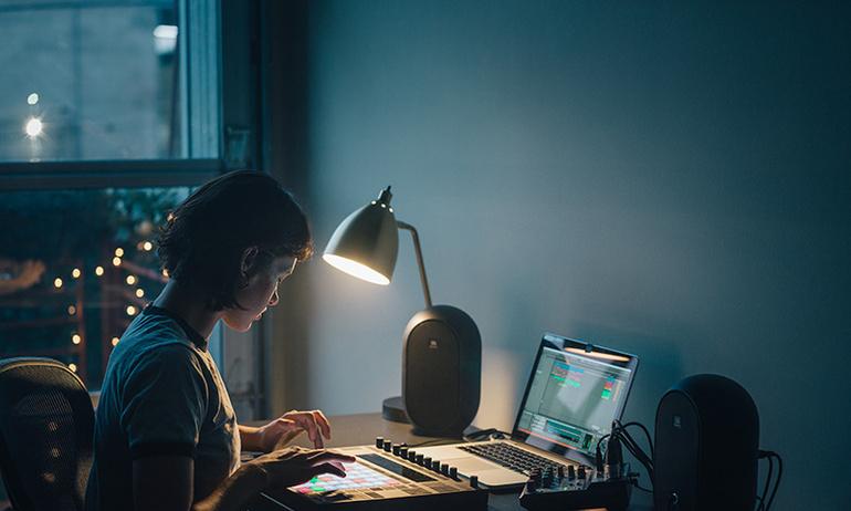 JBL giới thiệu loa kiểm âm 104-Y3 dành cho người dùng máy tính để bàn