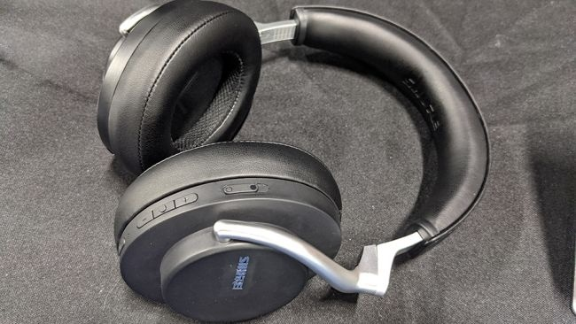 Shure ra mắt tai nghe true-wireless đầu tay AONIC 215
