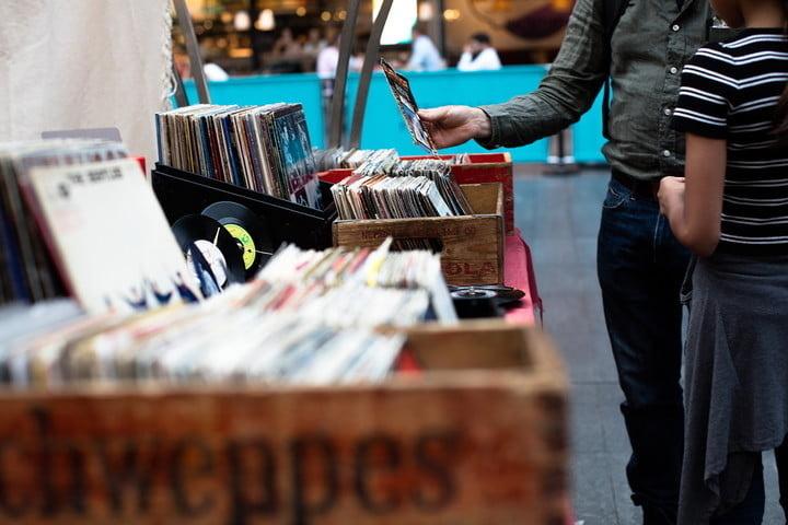 Virtual Vinyl Day: Chương trình livestream hấp dẫn của Cyrus dành cho cộng đồng yêu đĩa than