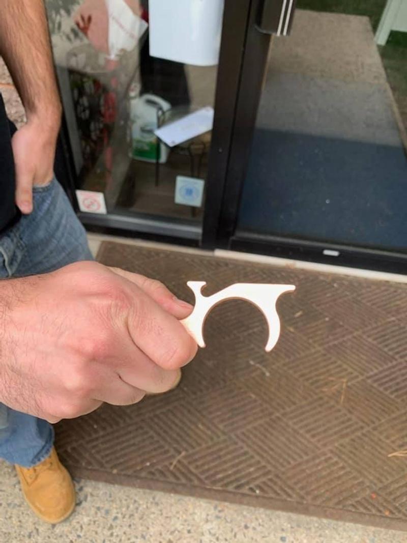 Dụng cụ mở cửa an toàn VPI Safe Hand góp phần tránh lây nhiễm Covid-19