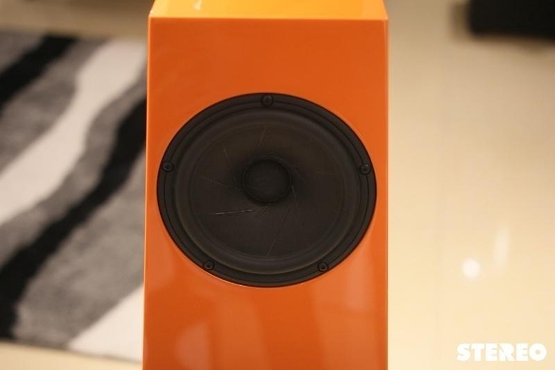 Kaiser Acoustics Vivace:  Đôi loa mang sân khấu nhạc live đến mọi phòng nghe tại gia